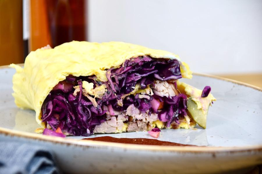 Low Carb Wrap mit Pulled Pork und Rotkohlsalat
